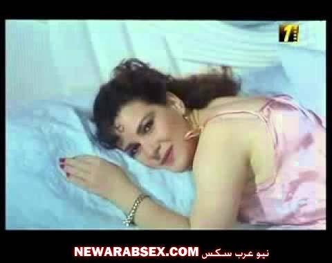 اغراء دلال عبد العزيز على السرير بقميص النوم