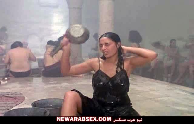 بنت تونسية تستحم