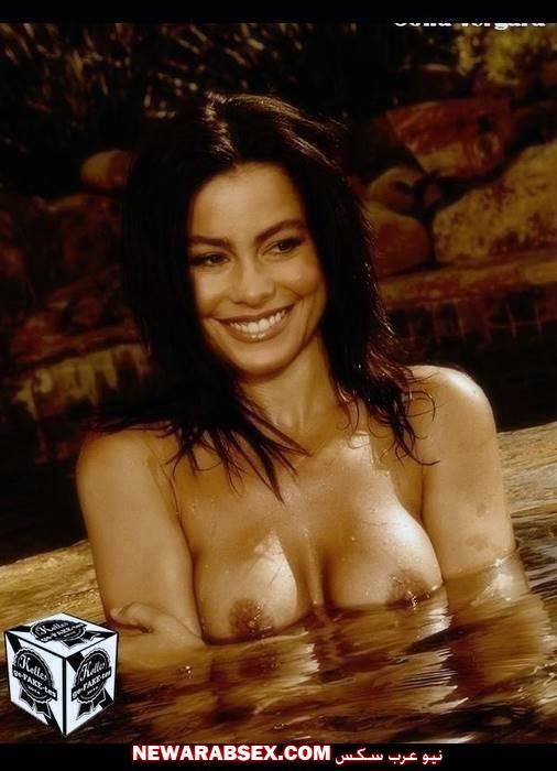 فنانة عارية في حمام السباحة