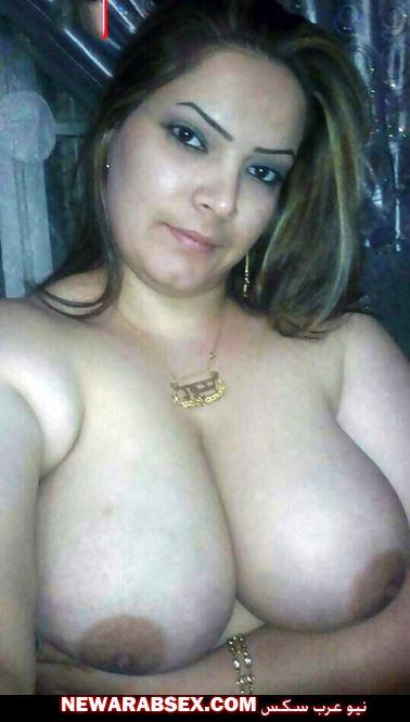 صدر أبيض عاري