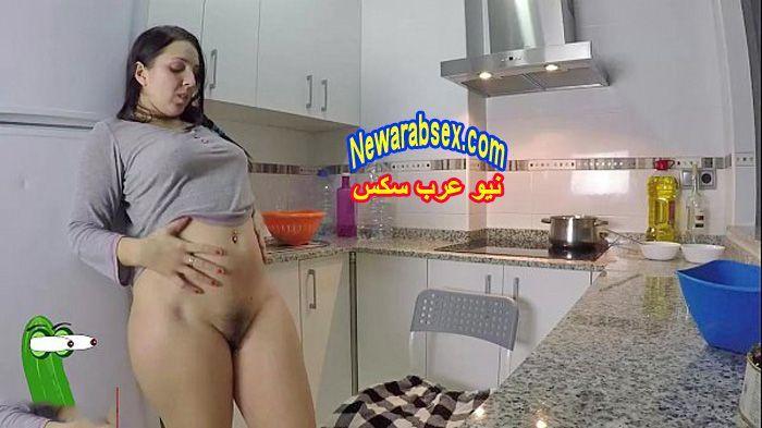 زوجة عارية في المطبخ