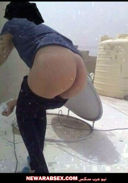 عارية على سطح المنزل