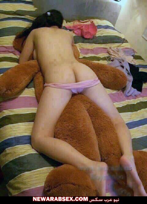 مراهقة عارية في غرفتها مع الدبدوب