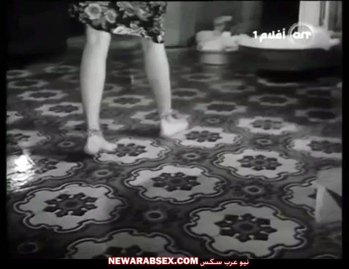 وهي تمشي بفستان بلدي