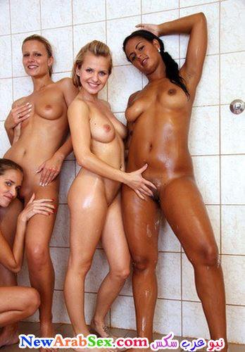 بنات عريانين في الحمام