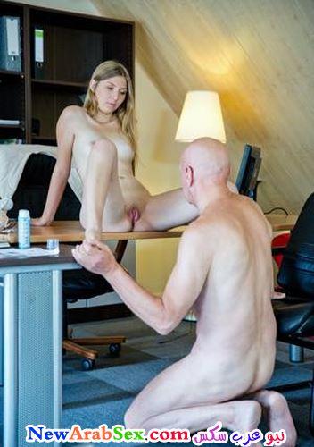 رجل ينظر لبنت عارية