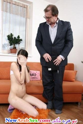 يعاقبها بخلع ملابسها